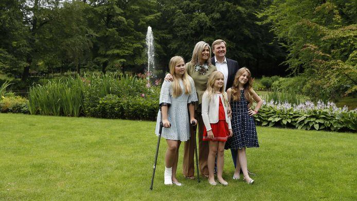 Koningin Maxima, koning Willem-Alexander, prinses Catharina-Amalia, prinses Ariane en prinses Alexia tijdens een koninklijke fotosessie in de tuin van Landgoed De Horsten.