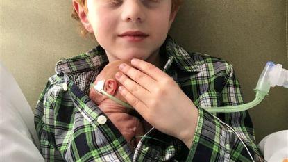 Mikey (6) moest 3 jaar wachten op klein broertje. Foto toont moment dat hij hem eindelijk in armen kan sluiten