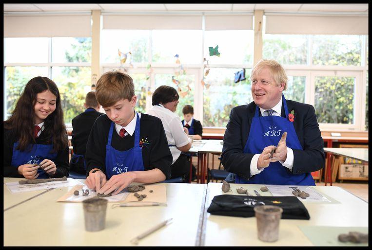 Ook een boetseerles mag niet ontbreken tijdens zijn tussenstop op George Spencer Academy.