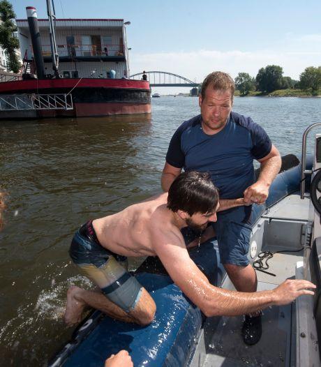 'Levensgevaarlijk wat jullie doen': Patrick haalt zwemmers uit de Arnhemse Rijn