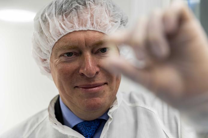 Minister Bruins bij een apotheker die zelf dure medicijnen produceert.