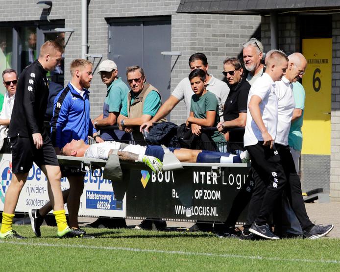 Pietersma verlaat per brancard het veld.