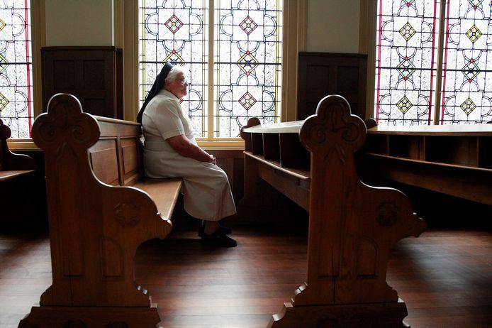Ria van den Berkmortel tijdens de fotoshoot voor het boek 'Goeikes, Helmonders in Beeld' in de kapel van Zusters van Liefde in Tilburg.