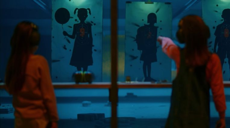 Kinderen worden in de clip afgebeeld als schietschijven.