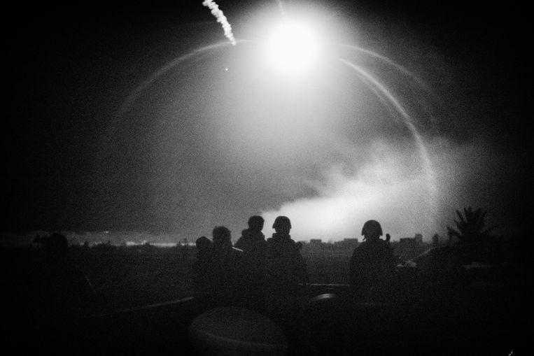 SDF soldaten kijken naar de nachtelijke gevechten en de ìflairsî die worden afgeschoten om het strijdtoneel te verlichten voor het grond offensief, de hele nacht wordt er gebombardeerd en staat de stad in brand. Beeld Eddy van Wessel