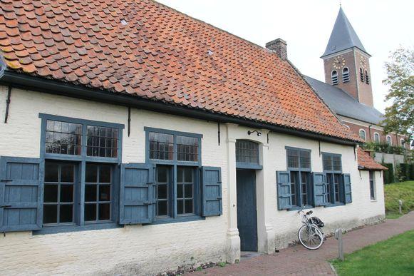 De pastorij naast de Sint-Petrus en Catharinakerk.