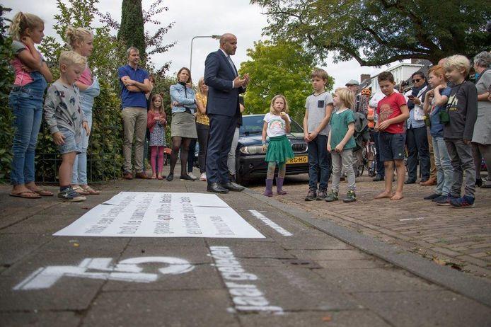 Marcouch voor het spuiten van graffiti in de Karthuizerstraat in Arnhem op de plek waar in de oorlog drie mensen zijn overleden bij een bombardement.