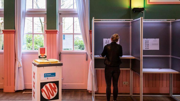 Een Amsterdams stembureau tijdens de Tweede Kamerverkiezingen van vorig jaar. Beeld anp