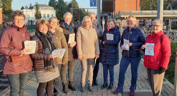 De vrouwen van de CD&V-afdelingen van Kalmthout en Wuustwezel deelden vrijdagmorgen witte lintjes uit.