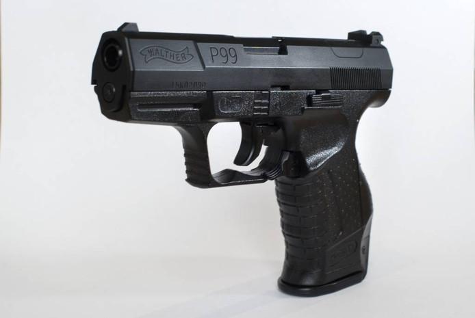 Een realistische kopie van de Walther P99, het dienstwapen van de politie, is te koop voor nog geen 30 euro.