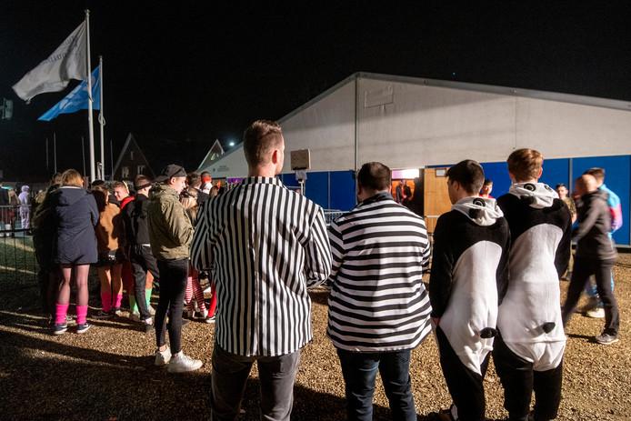 Boa's in gestreepte hemden bij de feesttent bij de Valom in Huissen.