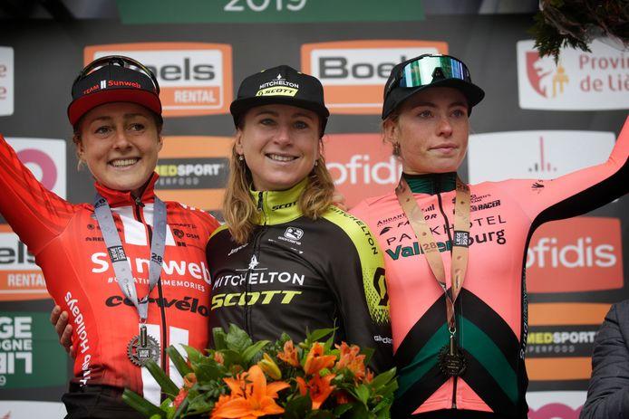 Vollering (r) op het podium van Luik-Bastenaken-Luik 2019, naast winnares Annemiek van Vleuten (m) en Floortje Mackaij.