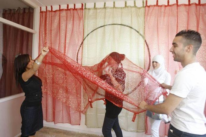 Meiden uit Veldhuizen richten hun kamer in Fantastieseum in.foto Cord Otting
