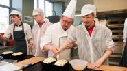 Blinden leren rozijnenbrood bakken