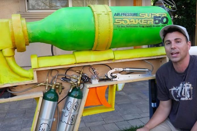 Mark Rober met zijn enorme waterpistool.