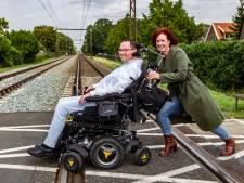 Elektrische rolstoel van Hanno Bos uit Wijhe valt midden op het spoor uit: verzorgster redt hem van naderende trein