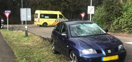 Wielrenner geschept door auto in Otterlo