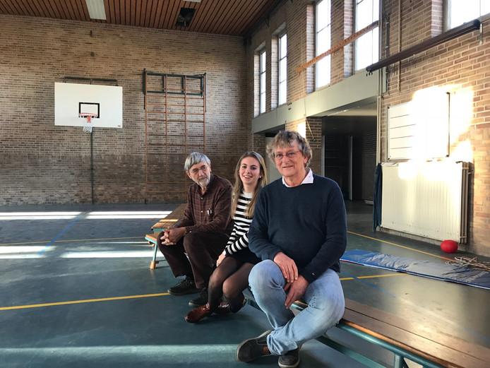 Stephaan Maas (architect), Anne van Stiphout (koper appartement) en Wim Lavrijsen (voorzitter kopersvereniging en koper) in de voormalige gymzaal van de oude Jacobusschool in Eersel.