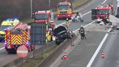 Auto belandt op betonnen vangrail na botsing met vrachtwagen