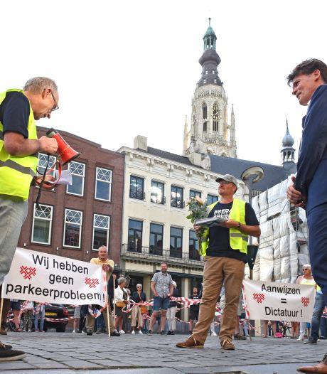 Coronastilte op Bredase Grote Markt even verbroken: tromgeroffel tegen betaald parkeren