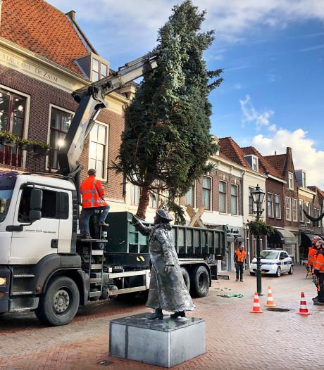 Reuzenkerstboom uit Tsjechië staat al op z'n plek in Brielle