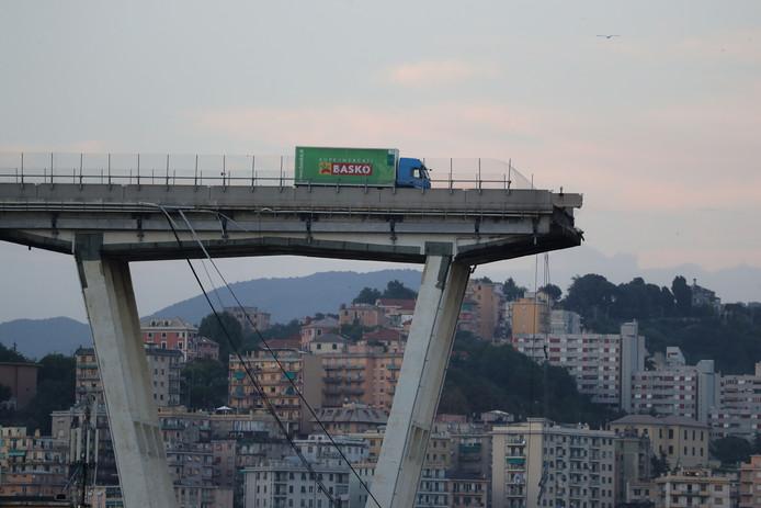 Een eenzame vrachtwagen op 14 augustus 2018 op wat er over is van het Morandi-viaduct.