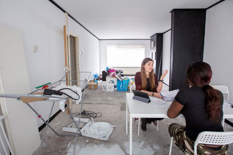 Een vrouw in Rotterdam krijgt bezoek van de schuldhulpverlener.  Beeld Hollandse Hoogte / Jörgen Caris