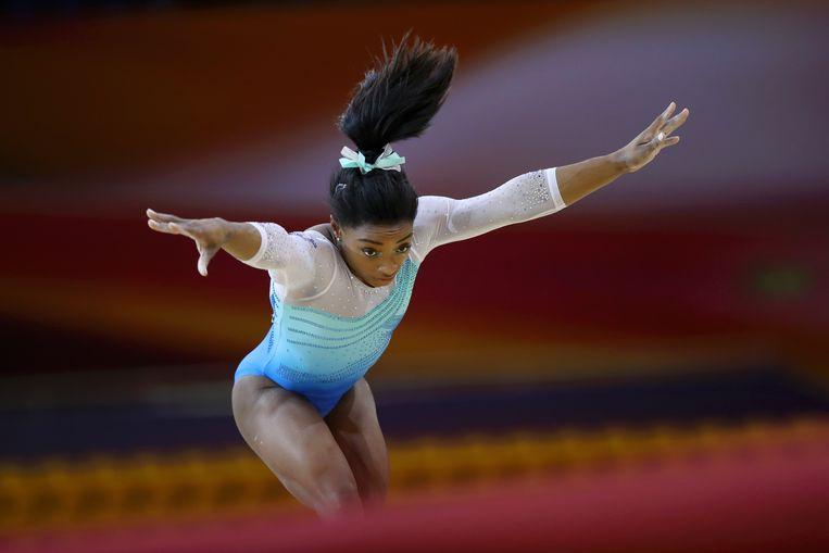 Simone Biles zet aan voor een serie salto's tijdens haar vloeroefening. Beeld Getty Images