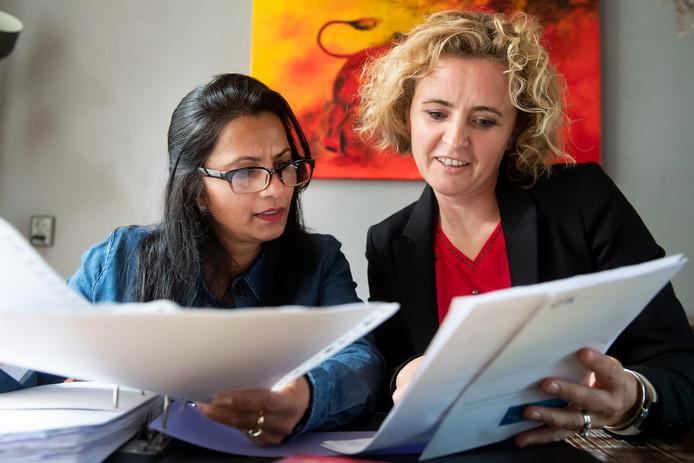 Sheena Hartman (links) heeft als mantelzorger hulp nodig vanwege de bureaucratische rompslomp. Mantelzorgmakelaar Katja Keuning helpt haar daarbij.