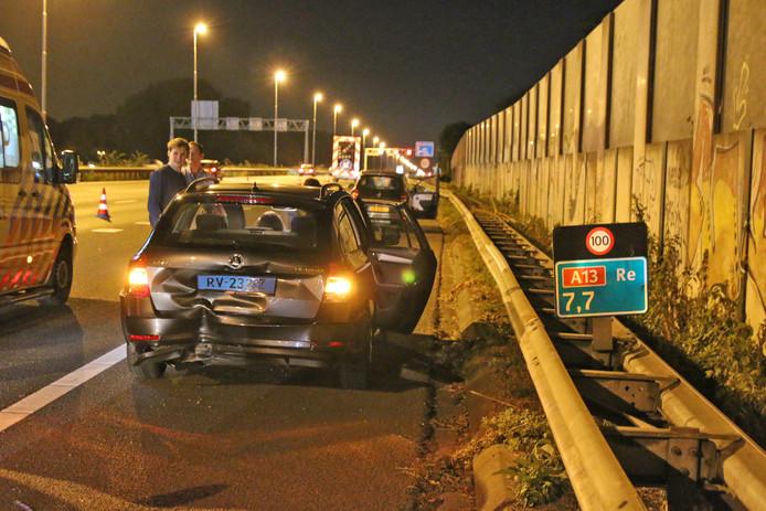 Vier auto's botsen op elkaar op de A13 bij Delft.