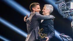 Emotionele Dries Mertens krijgt trofee van zijn papa op de Gouden Schoen