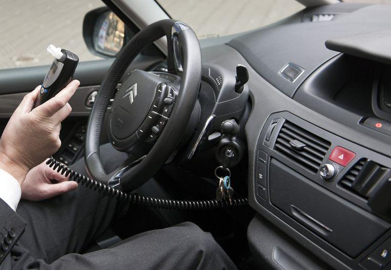 Een alcoholslot in een personenwagen (archieffoto)