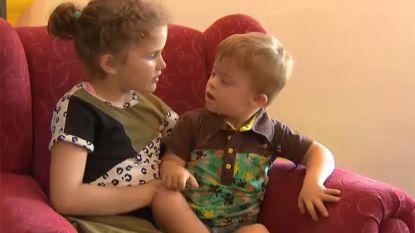 VIDEO: Lilith (8) leerde gebarentaal om met broertje te kunnen communiceren en geeft uitleg op eigen website