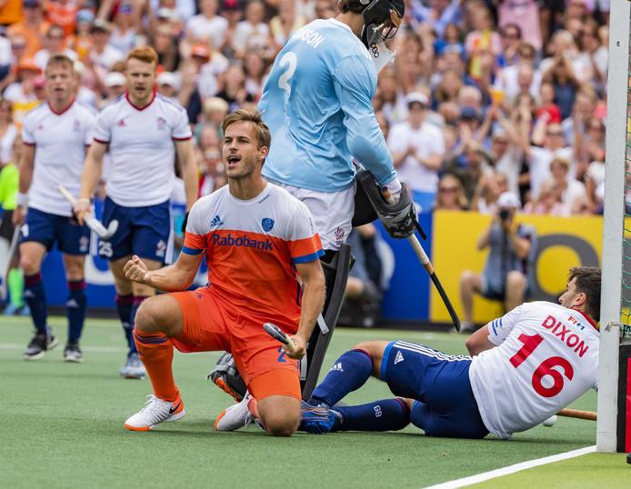 Jeroen Hertzberger (m) juicht nadat hij de 1-0 gemaakt heeft.