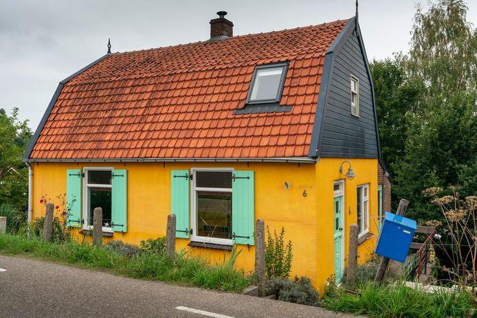 Nederland,  Zuilichem, het gele huis op de Vleugeldijk 6.