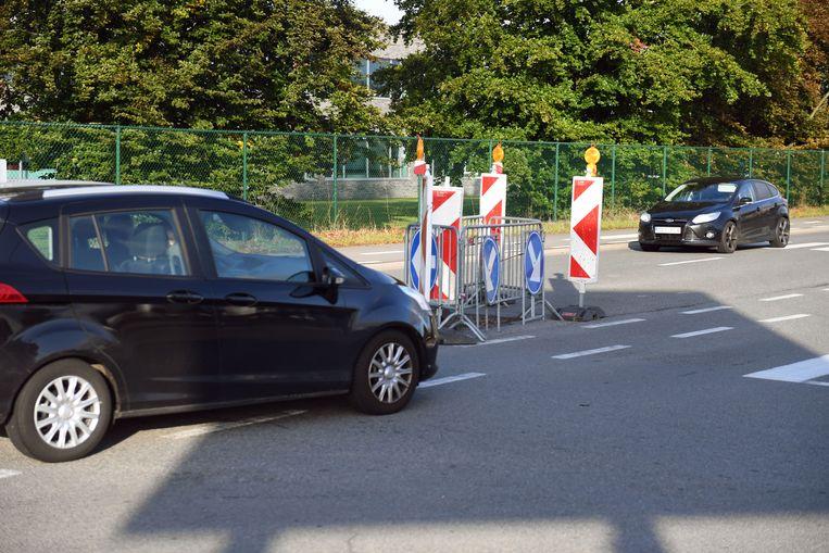 Levensgevaarlijke situatie in het verlengde van de Expresweg, waar een klein putdekseltje ervoor zorgt dat chauffeurs moeten wachten om via links de versperring voorbij te kunnen.