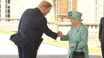 Trump overtreft zichzelf bij The Queen met onnavolgbare handdruk