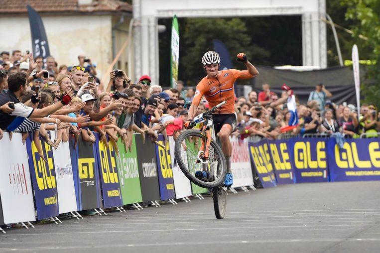 Mathieu van der Poel, zondag bij de finish in Brno. Beeld ANP/ ?TK