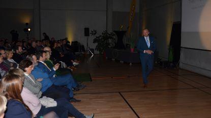 VIDEO: Theo Francken lokt volle zaal met lezing in sportcentrum De Dam