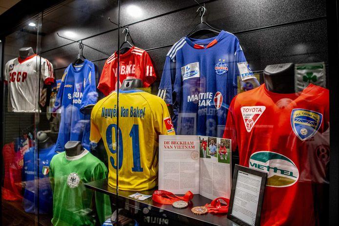 Jos Lenssen werkte meer dan 50 jaar aan zijn collectie van voetbalmemorabilia en souvenirs.