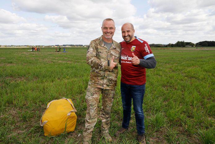 Arnhems burgemeester Ahmed Marcouch en begeleidend militair Hans na zijn eerste parachutesprong, boven Groesbeek.