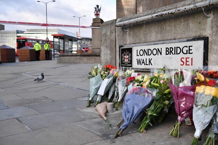 Bloemen voor het omgekomen en gewonde slachtoffer van de aanslag.