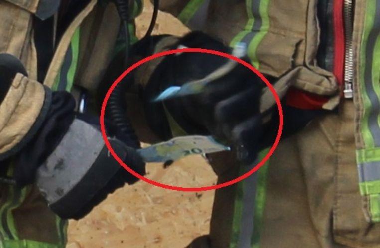 Enkele brandweermannen vonden tijdens het ruimen van de puin nog enkele geldbiljetten