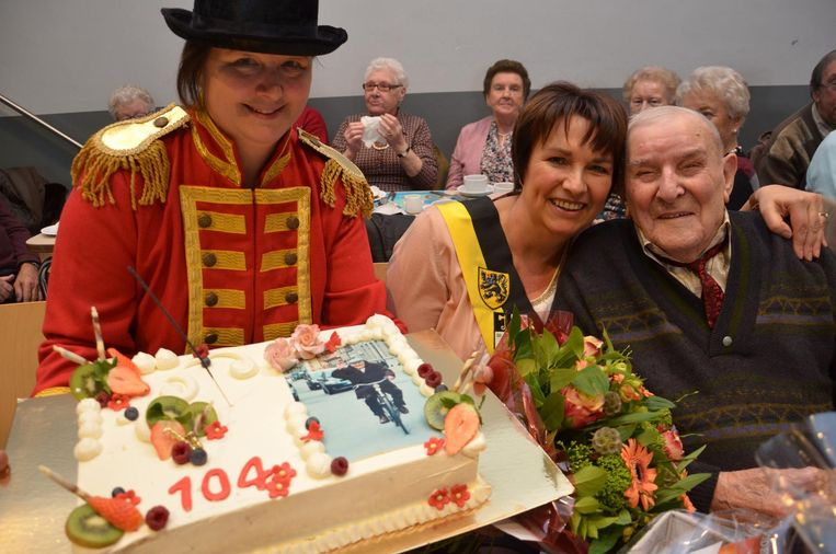 Centrumleidster Sabine Despiere verrast Gerard met een grote taart.