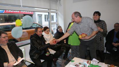 Vrijwilligers geven attentie aan bezoekers