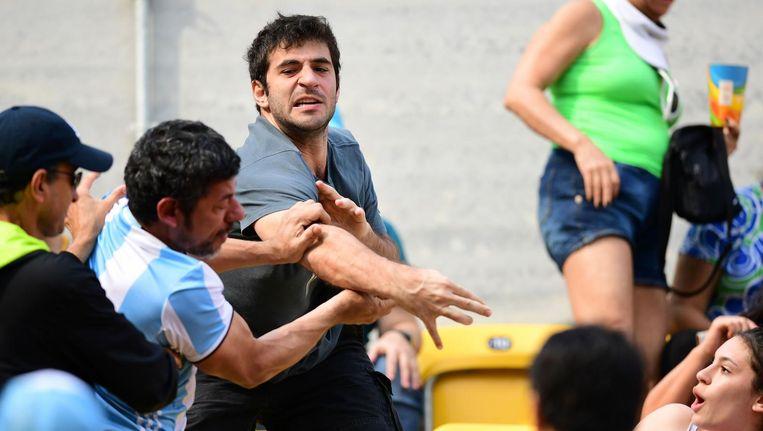 Een Argentijn krijgt klappen tijdens de tenniswedstrijd van zijn landgenoot Del Potro. Beeld afp