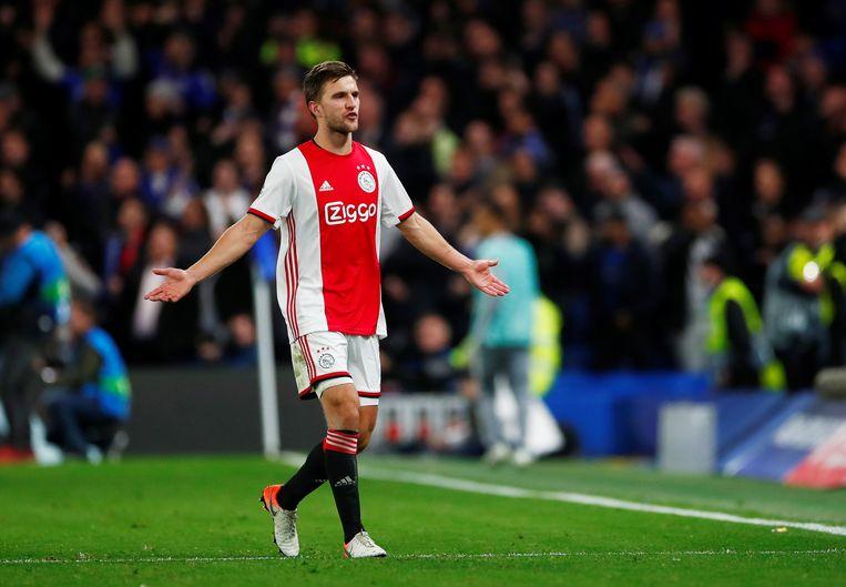 """Maar het kan nog erger, want één minuut later moet Ajax met 9 verder. Ook Veltman krijgt z'n tweede gele kaart na vermeend handspel. """"Volgens mij hield ik m'n arm gewoon goed langs m'n lichaam"""" aldus Veltman na de wedstrijd."""