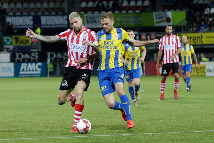 Rick Stuy van den Herik (links), hier in duel met Sparta-speler Lars Veldwijk tijdens de play-offs van afgelopen seizoen.