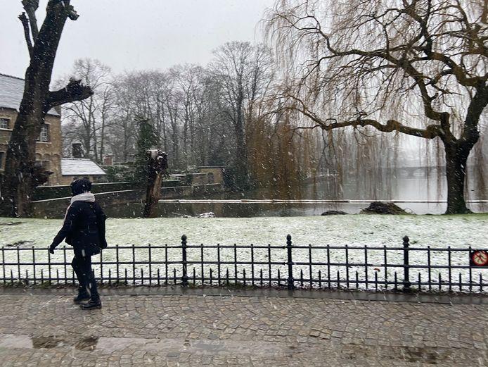 De eerste sneeuw valt in Vlaanderen: hier in het centrum van Brugge