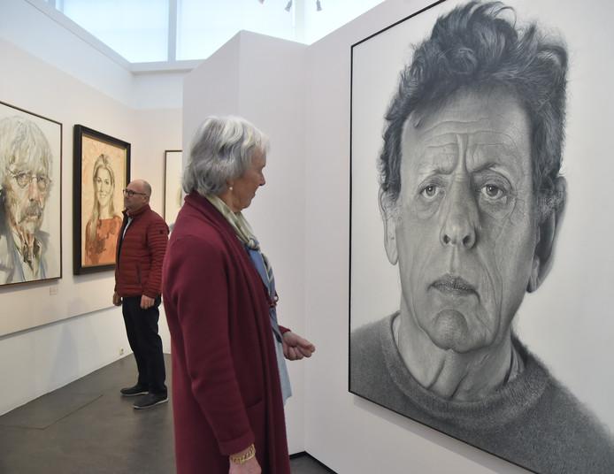 Museummedewerkers bekijken de door Middelburger Daan van Doorn geschilderde portretten van Philip Glass (voorgrond), Reinbert de Leeuw en Maxima.